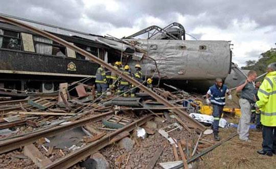Rettungskräfte waren schnell am Unglücksort, um die Menschen aus den entgleisten Wagons zu bergen