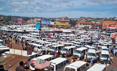 Am Busbahnhof von Kampala