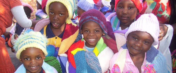 Kinder mit Mützen und Decken von Knit-a-Square © Foto: Christine Johnson, KAS