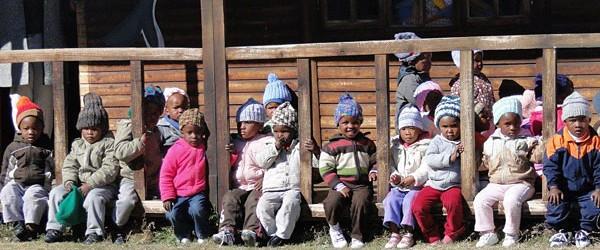 Kinder mit gestrickten Mützen © Foto: Knit-a-Square Ezine