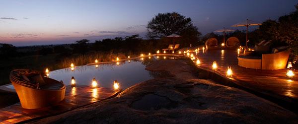 Pool des Sayari Camps bei Nacht.