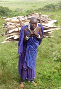 Massaifrau mit Brennholz © Foto: Ulrike Pârvu | Outback Africa Erlebnisreisen
