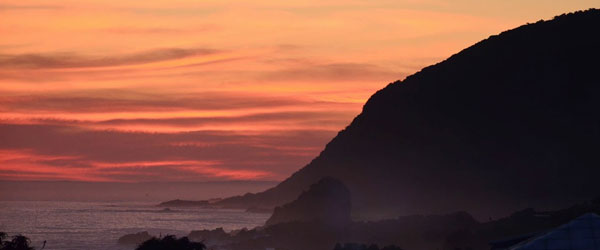 Klippen am Tsitsikamma Nationalpark Campingplatz im Sonnenuntergang © Foto: Ines Schulze