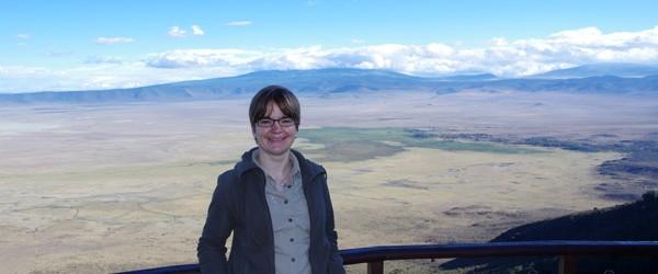 Judith Nasse vor dem Ngorongoro-Krater Panorama © Foto: Outback Africa Erlebnisreisen