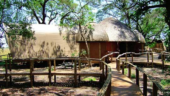 Das Herzstück des Camps: Der Hauptbereich des Camps im Stil eines afrikanischen Dorfes © Fotos: Jens Döring