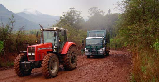 Nur ein Traktor kann den Truck noch aus dem Schlamassel ziehen © Foto: Jens Döring - Outback Africa Erlebnisreisen
