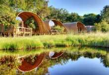 Die großzügigen Zelte des Camp Okuti  © Foto: Stuart James Arnold