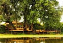 Kanga Bush Camp, Hauptbereich vom Wasser aus gesehen