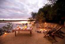 Frühstückstisch im Island Bush Camp  © Foto: Patrick Bentley | Kafunta