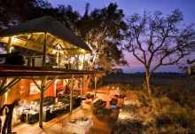 Xudum Lodge bei Nacht