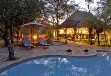 Etosha Aoba Lodge, Außenansicht mit Pool