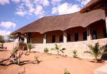 Onjala Lodge, überdachter Gang zu den Zimmern  © Foto: Doreen Schütze | Outback Africa