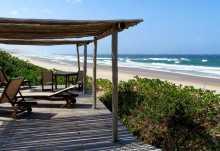 Thonga Beach Lodge, überdachte Terrasse am Strand  © Foto: Jens Döring | Outback Africa