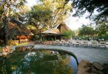 Am Pool der Maramba River Lodge, Livingstone.