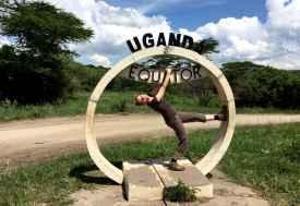 Svenja am Äquator in Uganda  © Foto: Anthony Saba