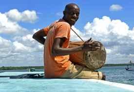 Temple Point Resort, Bootstour Mida Creek, Joseph macht Musik  © Foto: Susanne Schlesinger | Outback Africa