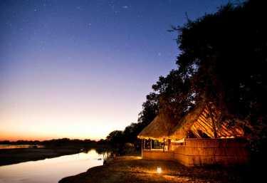 Tafika Camp, Außenansicht bei Nacht  © Foto: Remote  Safaris
