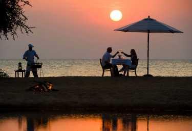 Pumulani, Abendessen am See  © Foto: Dana Allen für Robin Pope Safaris