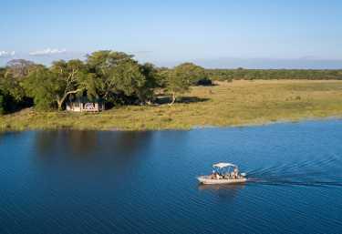 Safari-Boot vor dem Kuthengo Camp  © Foto: Robin Pope Safaris