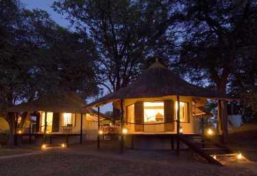 Nsefu Camp, beleuchtete Chalets  © Foto: Robin Pope Safaris