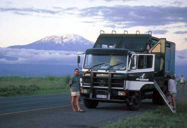 Safari-Truck vor dem Kilimanjaro in Tansania
