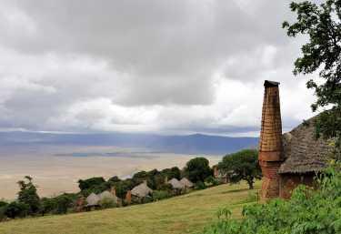Die Häuser der Ngorongoro Crater Lodge schmiegen sich an den Kraterrand  © Foto: Marco Penzel | Outback Africa