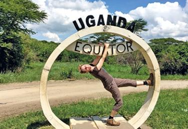 Svenja am Äquator in Uganda  © Foto: Svenja Penzel | Outback Africa